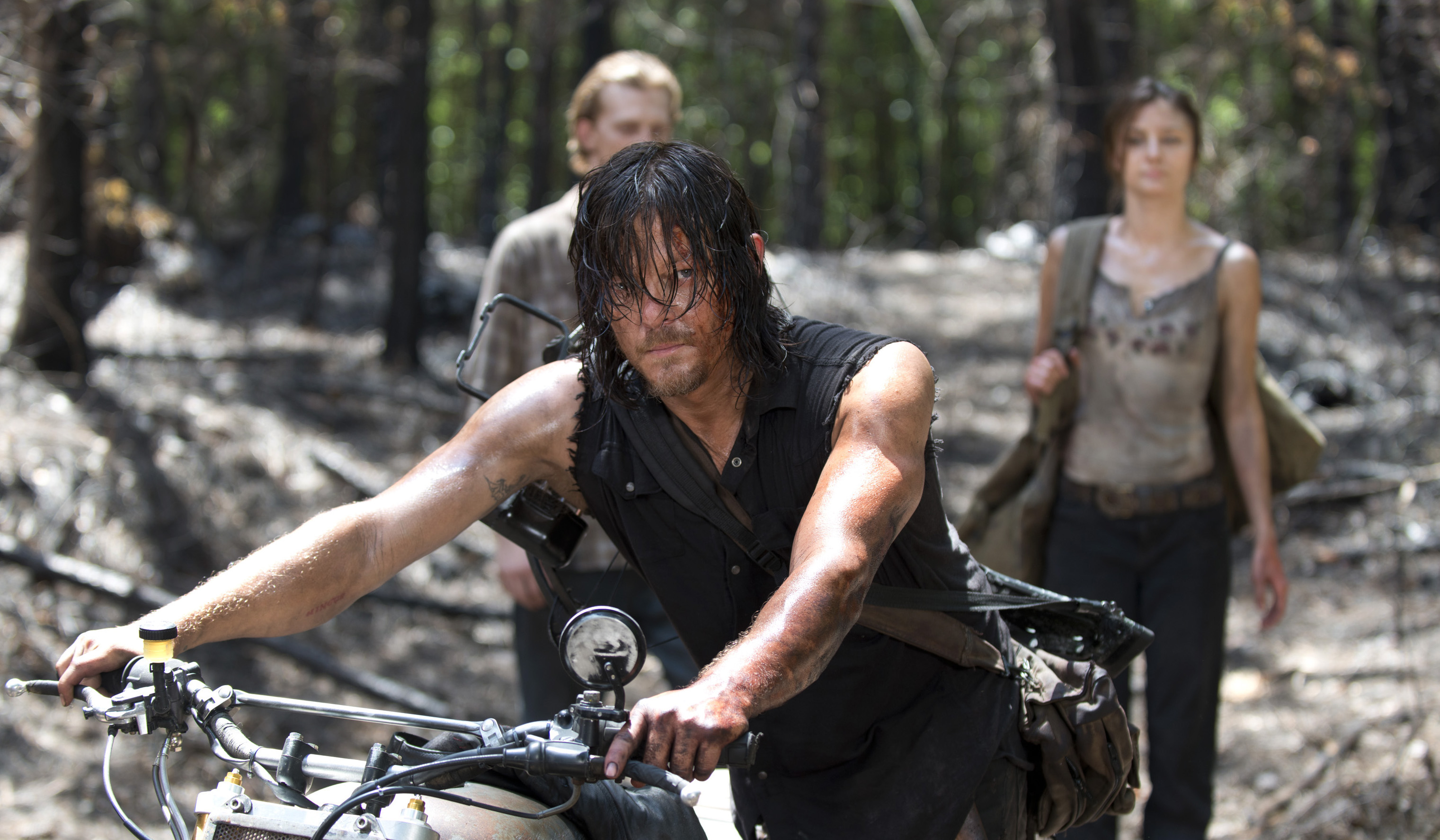 Daryl-Walks-Through-the-Woods-in-The-Walking-Dead-Season-6-Episode-6