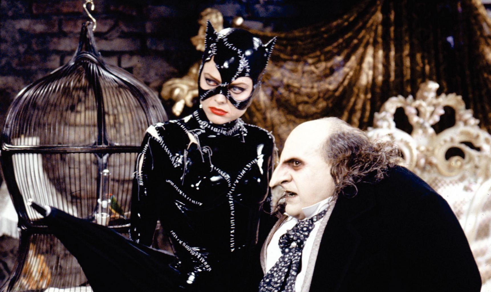 still-of-michelle-pfeiffer-and-danny-devito-in-batman-returns-(1992)-large-picture